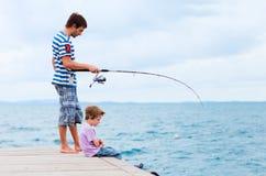 父亲一起捕鱼儿子 免版税库存图片