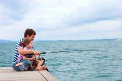 父亲一起捕鱼儿子 图库摄影