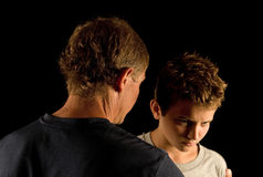 父亲严重的儿子谈话 免版税库存图片
