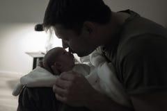 父亲亲吻的儿子晚上 免版税图库摄影