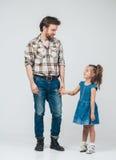父亲作为全长手的女儿 库存图片