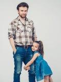 父亲作为手女儿全长拥抱 免版税库存照片