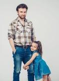父亲作为手女儿全长拥抱 图库摄影