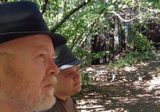 父亲儿子树木园步行 免版税库存图片