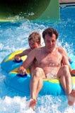父亲儿子waterpark 免版税库存照片
