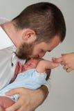 父亲前额他亲吻的儿子 库存照片