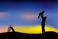 父亲剪影获得与他的孩子、幻灯片、三轮车和折叠的自行车的乐趣在公园,当日落或日出 向量例证