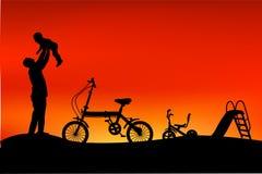 父亲剪影获得与他的孩子、幻灯片、三轮车和折叠的自行车的乐趣在公园,当日落或日出 库存例证