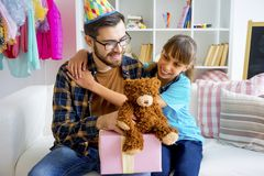 父亲和一个十几岁的女儿 免版税库存图片