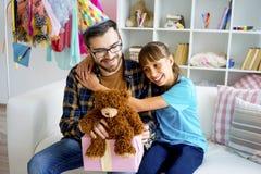 父亲和一个十几岁的女儿 库存照片