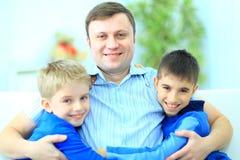 父亲和二个儿子纵向  图库摄影