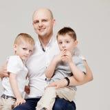 父亲和他的两个儿子,培养孩子,概念画象的年轻人 免版税库存图片