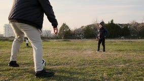父亲和他的小儿子戏剧橄榄球在烤架慢动作 股票视频