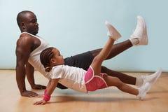 父亲和他的小女儿在地板上在家一起解决 免版税库存图片