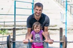 父亲和使用在公园的女婴 免版税库存图片