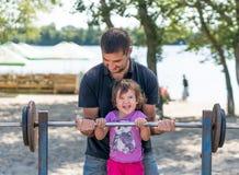 父亲和使用在公园的女婴 免版税图库摄影
