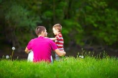 父亲和儿子关系,五颜六色的自然 图库摄影
