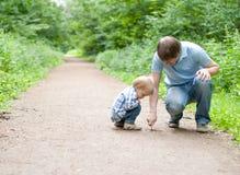 父亲和儿子凹道 免版税库存照片