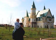 父亲和儿子反对城堡的背景 旅行的概念 库存图片