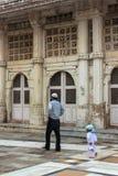 父亲和儿子向祷告求助在清真寺 免版税库存照片