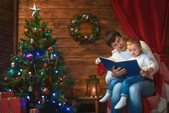 父亲和儿子在一个装饰的房子里庆祝圣诞节 库存照片