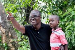 父亲和儿子在乡下 免版税库存图片
