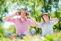 父亲和儿子在公园 免版税库存图片