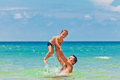 父亲和儿子在海 免版税库存图片