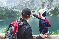 父亲和儿子在Sea湖的眼睛附近Tatra山的 免版税图库摄影