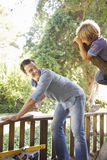 父亲和儿子大厦一起树上小屋 图库摄影