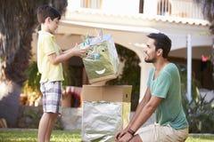 父亲和儿子大厦模型机器人在庭院里 库存照片