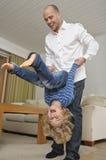 父亲和儿子实践翻筋斗 库存图片