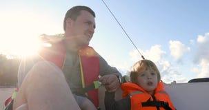父亲和儿子小船的在救生背心 影视素材