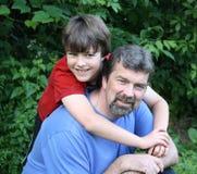 父亲和儿子拥抱 免版税图库摄影