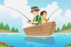 父亲和儿子捕鱼 免版税库存照片