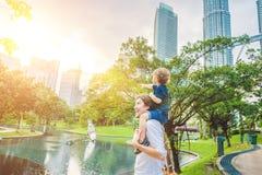 父亲和儿子旅客在反对背景的马来西亚耸立Patronas孪生 旅行与儿童概念 库存照片
