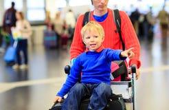 父亲和儿子旅行在机场 免版税库存图片