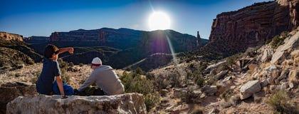 父亲和儿子日落的在科罗拉多国家历史文物 库存图片