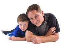 白色的愉快的父亲和儿子 免版税库存图片
