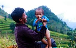 父亲和儿子是愉快的在nothwest越南 库存图片