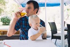 父亲和儿子是最好的朋友! 免版税图库摄影