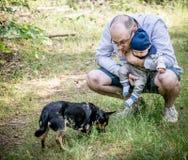 父亲和儿子有狗的 免版税图库摄影