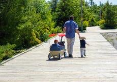 父亲和儿子木板走道的。 免版税库存图片