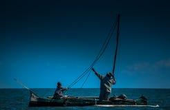 父亲和儿子海上 免版税库存图片