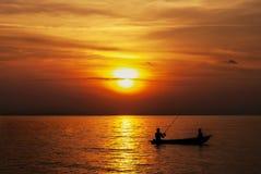 父亲和儿子渔,当日落小时时 免版税库存照片