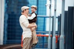 年轻父亲和儿子火车站平台的 图库摄影