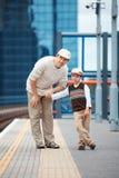 年轻父亲和儿子火车站平台的 库存照片