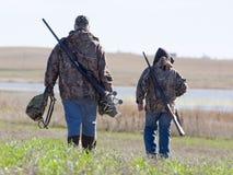 父亲和儿子猎人 库存照片