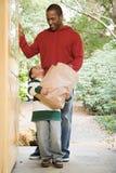 父亲和儿子用杂货 库存照片