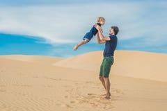 父亲和儿子白色沙漠的 旅行与浓缩的孩子 库存图片